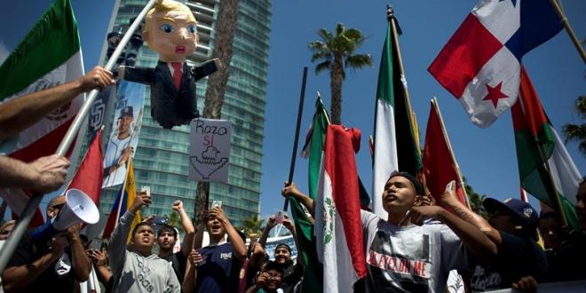 Protesta de la comunidad latina contra Trump en San Diego, California.